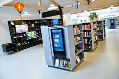 """I bogautomaten kan topaktuelle bøger vises, men den kan også bruges til at vise """"glemte"""" bøger. Det er dokumenteret, at bøger, hvor forsiden vises, lånes ud oftere end bøger, der blot viser ryggen. Bogautomaten formidler materialer, som enten er i hele biblioteket eller i specifikke områder. Den kan for eksempel indstilles til kun at vise de materialer, som er i det område eller den reol, hvor automaten er placeret."""