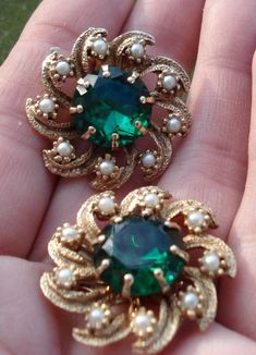 Vintage Emerald Rhinestone Pearl and Gold Clip Statement Earrings Sparkle Gold Jhumka Earrings, Jewelry Design Earrings, Gold Earrings Designs, Gold Jewellery Design, Antique Earrings, Necklace Designs, Pendant Jewelry, Antique Jewelry, Beaded Jewelry