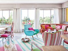 Una casa en plena naturaleza con interiores llenos de color.