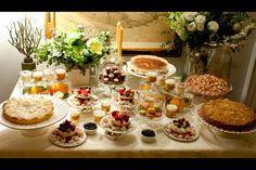 Nuevos protocolos de moda en las bodas: Mesa de postres con variedad de cupcakes y tartas frutales.