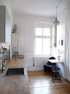Schlichte gemütliche Küchen-Einrichtung mit großem Fenster. Wohnung in Berlin.  #Berlin #kitchen #Küche