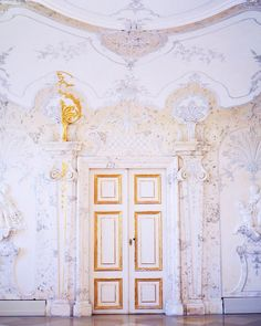 Baroque architecture! Heute hab ich mit meinen Kolleginnen einen Ausflughellip Baroque Architecture, Outfit, Travel Inspiration, Quilts, Blanket, Green Bag, Alone, Leather, Outfits