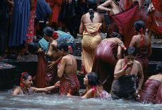 Steve McCurry. Viaggio intorno all'Uomo  Bagno delle donne nepalesi nel fiume Bagmati, Kathmandu, Nepal, 1984 © Steve McCurry