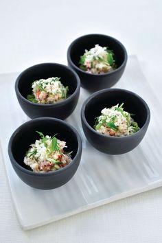 Bereiden: Plet de avocado tot een smeuïge mousse. Voeg limoensap, de chilipeper en de pijnboompitten toe. Kruid met peper en zout. Meng het krabvlees met een eetlepel mayonaise, peper en zout. Meng de kwark met de platte kaas. Kruid met peper en zout, voeg het sjalotje, de appel en limoensap toe. Serveren: Leg een lepel avocadomousse in een kommetje. Doe daar het krabvlees en de platte kaas bovenop. Werk af met verkruimelde kroepoek en de verse kruiden.