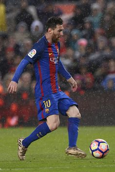Barcelona's Argentinian forward Lionel Messi runs with the ball during the Spanish league football match FC Barcelona vs Sevilla FC at the Camp Nou stadium in Barcelona on April 5, 2017. / AFP PHOTO / Josep LAGO