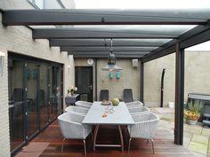 Heerlijk buitenleven met de stalen design overkapping van Jumbo. Zie voor meer informatie: www.jumbo-overkapping.nl
