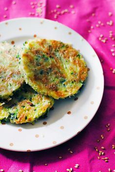 Galettes de courgettes, sésame et menthe - Pour 4 petites galettes : – 1 courgette (environ 200 grammes)– 1 oeuf– 3 cuillères à soupe de farine– 2 cuillères à soupe de sésame doré- 1 demi oignon blanc– Quelques herbes de provence– 2 feuilles de menthe– Sel, poivre– 1 cuillère à soupe d'huile d'olive. (Dégorger une heure la courgette rapée avec deux pincées de gros sel dans une passoire)