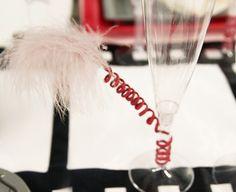"""Pour ne pas laisser les flûtes ç champagnes """"nues"""", nous les avons joliment décorées à l'aide de cordon laitonné et de plumes."""