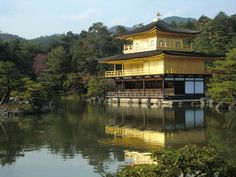 """The """"KINKAKUJI"""" in Kyoto has been completed by gold foil. The """"KINKAKUJI"""" which protrudes in a pond, is built and suits a pond is really beautiful. I'm because gold inside this cup is the same gold foil as the """"KINKAKUJI"""", and it has been completed that the """"KINKAKUJI"""" talked.  A cup which has prettiness of the image the same gold foil completion as the """"KINKAKUJI"""" made dignified and the design which made the flower a motif. Expensive wine is nearly carelessly opened by this."""