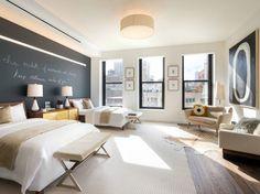 Além do principal, há ainda outros três quartos no apartamento, cada um com uma decoração temática diferente e objetos de luxo