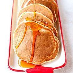 """Szybkie placki amerykańskie - pancakes. Błyskawiczne do przygotowania ciasto na bazie kefiru, zawiera też mąkę, jajka i niewielką ilość oleju roślinnego. Można użyć mieszanki mąk bezglutenowych. U mnie w domu sprawdzają się na szybkie śniadanie, każdy je lubi, ale ile osób w rodzinie tyle pomysłów na dodatki. Jedni jedzą je ułożone w tradycyjny """"stosik"""" z odrobiną masła, polane obficie syropem klonowym, inni z dżemem i bitą śmietaną, tudzież z owocami i polewą czekoladową, albo po p..."""