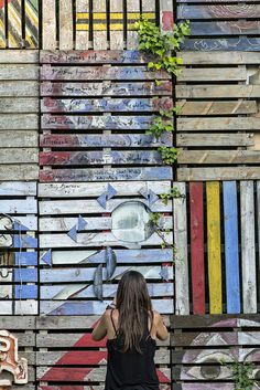 Palets colors, noia by ramonBoixadera, via Flickr