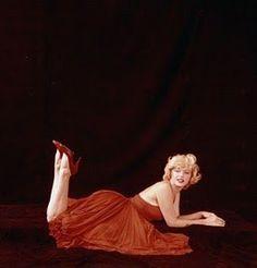 New York - The Red Sitting par Milton Greene - Divine Marilyn Monroe Marilyn Monroe And Audrey Hepburn, Norma Jean Marilyn Monroe, Marilyn Monroe Photos, Milton Greene, Actor Studio, Richard Avedon, Norma Jeane, Hollywood Celebrities, Most Beautiful Women
