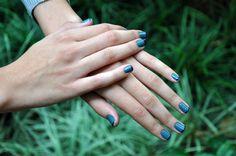Para as unhas apostamos no azul, mas em tonalidades discretas - dá para usar no trabalho e combina com o look torcida! Cores: Revlon 480 Chic e Beauty Lab 306 blue chic, nas pontinhas.