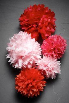 Pompons de papel de seda vermelho