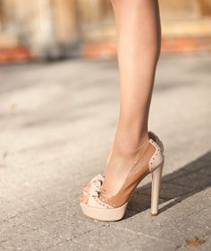 i heart the shoes and i want her legs!