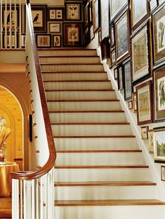 Creative Stairway Picture Wall Decor Ideas With Hanging Photos - Dlingoo Stairway Picture Wall, Stairway Pictures, Stairway Gallery, Stairway Walls, Stairway Art, Picture Frames, Picture Walls, Entry Hallway, Wall Decor Pictures