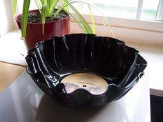 Bol macetero hecho con un disco de vinilo