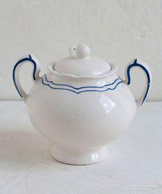 Zuccheriera in ceramica bianca con balza blu e cucchiaino Sugar Bowl, Tea Pots, Tableware, Kitchen, Dinnerware, Cooking, Tablewares, Kitchens, Tea Pot