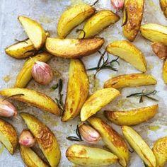 Lekkere rozemarijn aardappeltjes uit de oven met gepofte knoflook. Makkelijk te maken en veel lekkerder dan patat...