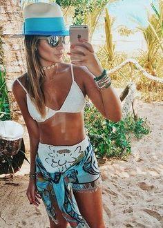 lenço como canga pode seu uma boa forma de inovar no look de praia a gargantilha choker oculos redondo espelhado e o chapeu de palha sao acessorios