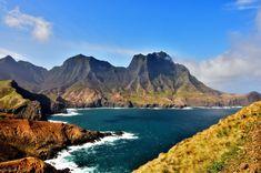Sólo el 1% de los chilenos ha pisado las tierras de Robinson Crusoe. Aquí te contamos todo lo que debes saber para llegar a este paraíso único en el mundo. Robinson Crusoe, Chile, Costa, Thing 1, Water, Outdoor, Fishing Villages, John The Baptist, Diving