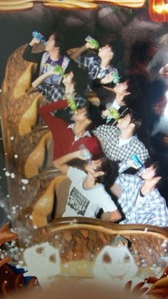 Community Post: 19 Hilarious Pictures Of People Posing On Splash Mountain Funny People Pictures, Friend Pictures, Funny Images, Funny Photos, Hilarious Pictures, Funny Group Pictures, Fail Pictures, Funny Ideas, School Pictures