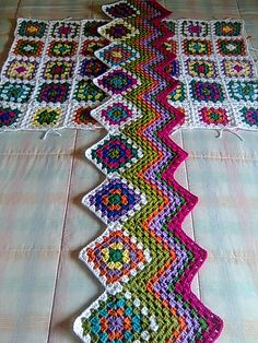 Start a ripple afghan with a granny square border.such a great idea! Or you could have the granny square stripe as the center.or have several granny square stripes :) Crochet Crafts, Crochet Yarn, Yarn Crafts, Crochet Stitches, Crochet Hooks, Crochet Afghans, Crochet Squares, Crochet Granny, Tunisian Crochet