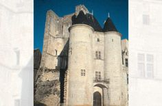 Chateau de la Rochefoucauld: Tours d'Aymerie - 1) HISTORIQUE, 16: FRANCOIS 1° DE LA ROCHEFOUCAUD est, en 1494, le parrain de François de Valois-Angoulême, fils du comte d'Angoulême et de Louise de Savoie et il lui transmet son nom de baptême. En 1515, ce François deviendra roi sous le nom de François 1°. En reconnaissance, François 1° érige les terres de La Rochefoucauld en comté (et l'Angoumois en duché).