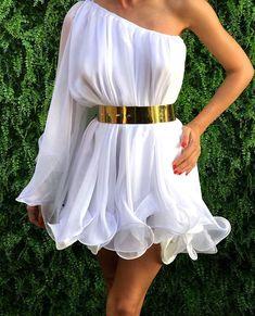 A venit momentul sa faci diferenta alegand aceasta minunata rochie matase dama CANDY. Creata special pentru tine dintr-un material nobil aceasta rochie verde te va face sa te simti ca plutesti. Usoara, eleganta si delicata va fi o rochie banchet speciala.