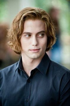 Jackson Rathbone as Jasper Hale in the Twilight Saga movies (although maybe not so much the first movie where he looks constipated all the time. Edward Cullen, Alice Cullen, The Cullen, Edward Bella, Film Twilight, Jasper Twilight, Twilight Cast, Twilight New Moon, Twilight Poster