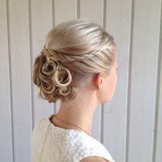 Tresses et chinion tourbillons. Spiralling chinion and braided hairdo.