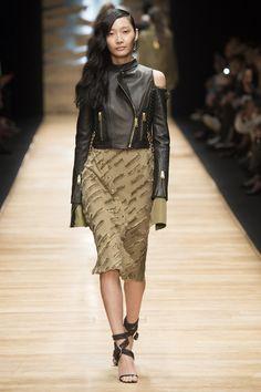 Показ модного тренда – пышные рукава на примере модной кожаный куртки – фото Guy Laroche, неделя моды в Париже весна-лето 2016