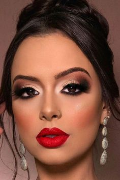 Cubana Chronicles – Living a healthy & successful life. mutige rote Lippen bezaubern Make-up Holiday Makeup Looks, Winter Makeup, Christmas Makeup, Christmas Ideas, Christmas Holiday, Bride Makeup, Prom Makeup, Makeup For Brides, Makeup For Wedding