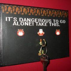 Porte clefs mural Zelda -- «It's dangerous to go alone! Take this.» Voici ce que l'on pouvait lire dans le premier Zelda sur NES, et voici ce que l'on pourra lire dans votre couloir, car c'est dangereux de sortir sans ses clefs !