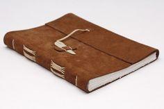 zápisník Leo Minor rozměr: 178x135x20mm rozsah: 192 stran (12 složek) pokryv: hnědá useň (pravděpod. teletina) listy knižního bloku: Alkalický bílý papír (vyrobený ze 100% buničiny), 60g/m2, hladký, výborný pro kresbu tužkou, tuší i př. tužkami Derwent hřbet: výšivka okrovou bavlnkou MOULINÉ (100% bavlna) uzavření knihy: broušená hovězí kost, splétaná bavlnka