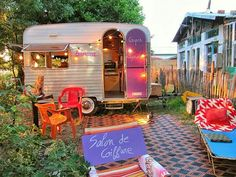 149 Vintage Camper Trailer Makeover and Remodel - Homearchitectur Small Camper Trailers, Tiny Camper, Small Campers, Vintage Campers Trailers, Retro Campers, Vintage Caravans, Camper Life, Vintage Motorhome, Happy Campers