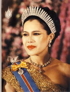 Queen Sirikit of Thailand with Russian fringe diamond tiara and Hongsa diamond brooch Royal Crowns, Royal Tiaras, Crown Royal, Tiaras And Crowns, Thailand, Princesa Real, Queen Sirikit, Thai Dress, Diamond Tiara