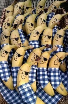 The best for your Kids: Piraten bananen Kids Party Treats, Banana Snacks, Banana Art, Food Decoration, Decorations, Food Humor, Strawberry Shortcake, Cute Food, Creative Food