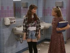 12 Fashion Moments from 'Full House' OK, we know we're not supposed to like bad girl Mickey (who tries to convince precious Stephanie to smoke), but just look at how cool she looks. This outfit is something we'd happily wear today. 80s And 90s Fashion, Fashion Tv, Fasion, Fashion Outfits, 1990s Grunge Fashion, 90210 Fashion, Nineties Fashion, Street Fashion, Full House