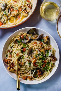 Classic linguini and clams recipe with a touch of white wine, tomatoes for sweetness and a gorgeous garlic sauce that wraps around each pasta strand. - Samantha Ferraro Linguini and Clams with Tomatoes and a Light Buttery Garlic Sauce laura michael Linguini And Clams Recipe, Linguine And Clams, Linguine Recipes, Pasta With Clams, Spaghetti And Clams Recipe, Clam Recipes, Fish Recipes, Seafood Recipes, Cooking Recipes