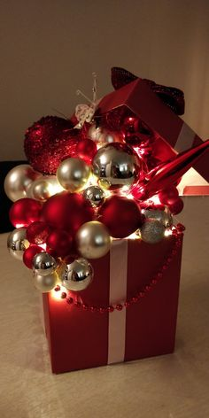 Corner Christmas Tree, Christmas Time, Vintage Christmas, Simple Christmas, Christmas Arrangements, Christmas Centerpieces, Xmas Decorations, Christmas Lanterns, Christmas Wreaths