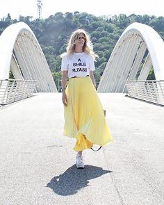 la t-shirt bianca con un messaggio scritto, impossibile non averla nel nostro guardaroba estivo! Sceglietene una con una frase che vi rappresenta... Dress Skirt, Midi Skirt, Long Skirts, Dresses, Fashion, Formal Skirt, Full Skirts, Vestidos, Moda