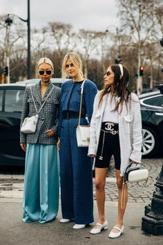 Paris Fashion Week Day 9 Vanessa Hong and Linda Tol (far right, middle) Street Style Chic, Looks Street Style, Autumn Street Style, Street Style Women, Street Styles, Street Style Fashion, Paris Street Fashion, Chanel Street Style, Street Style Trends