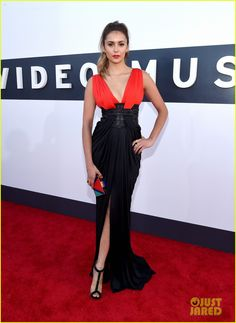 Nina Dobrev tem ser tornado uma das atrizes mais bem vestidas do tapete vermelho. A cada aparição, ela surge cada vez mais bonita e com vestidos perfeitos.