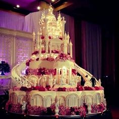 For the budding Cinderella bride, castle wedding cakes symbolize the culmination of fairy tale dream of finding her own Prince Charming. #Wedding #Cake #WomenTriangle www.womentiangle.com