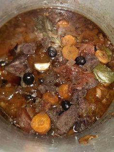 poivre, vin rouge, sanglier, tomate, bouquet garni, oignon, huile d'olive, ail, sel, olive noire, carotte, lardons
