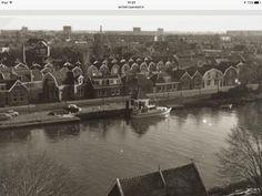 Prins Hendrikkade met boot van de Rijkspolitie te water. Vroeger was hier het Gemeente pontje van Hoeve.