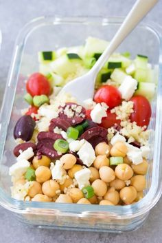 Healthy Make Ahead Lunch Bowls This Meal Prep Greek Couscous Salad is a healthy, vegetarian make ahead lunch. These lunch bowls are filled with healthy vegetables and chickpeas add protein! You can also serve this as a side salad at a BBQ. Lunch Healthy, Protein Lunch, Healthy Meal Prep, Healthy Eating, Healthy Protein, Advocare Meal Prep, Healthy Filling Meals, Protein Foods, Healthy Summer