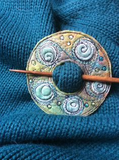 Shawl pins from Dog-Daisy Chains Fabric Brooch, Felt Brooch, Felt Fabric, Fabric Art, Fabric Crafts, Sewing Crafts, Brooch Pin, Fiber Art Jewelry, Textile Jewelry